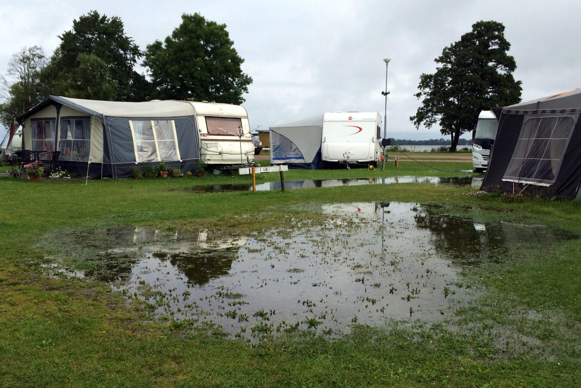 Faltcaravan-Abbau bei Regen